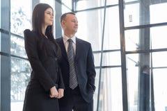 Человек и женщина стоят близко окна Стоковое Фото