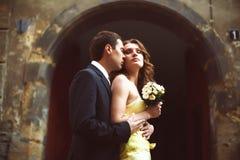 Человек и женщина стоят обнимающ с закрытыми глазами Стоковое Изображение RF