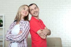Человек и женщина стоя спина к спине после ссоры дома Confl Стоковая Фотография RF