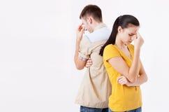Человек и женщина стоя спина к спине после ссоры Стоковые Изображения