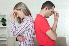 Человек и женщина стоя спина к спине после ссоры Стоковое Фото
