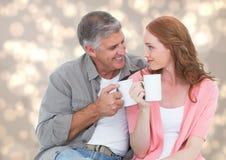 Человек и женщина с белыми кружками против cream bokeh Стоковые Фотографии RF