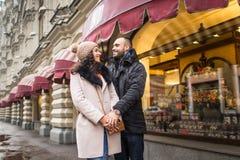 Человек и женщина сдержаны в руке Стоковая Фотография