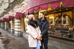 Человек и женщина сдержаны в руке Стоковые Фотографии RF
