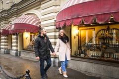 Человек и женщина сдержаны в руке Стоковые Изображения RF