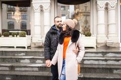 Человек и женщина сдержаны в руке Стоковые Изображения