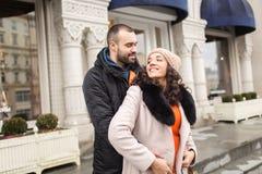 Человек и женщина сдержаны в руке Стоковое Изображение