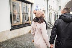 Человек и женщина сдержаны в руке Стоковое фото RF