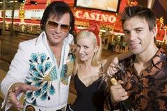 Человек и женщина с имитатором Elvis Presley стоковые фото