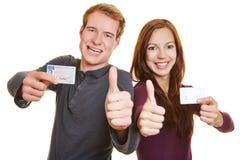 Человек и женщина с лицензией водителей Стоковые Фотографии RF