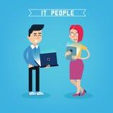Человек и женщина с компьтер-книжкой и таблеткой Стоковые Изображения