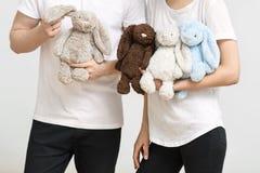 Человек и женщина с кроликами игрушки Стоковая Фотография RF
