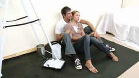 Человек и женщина с образцами цвета для того чтобы покрасить новый дом видеоматериал