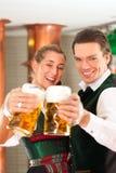 Человек и женщина с стеклом пива в винзаводе Стоковые Изображения RF