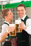 Человек и женщина с стеклом пива в винзаводе Стоковые Изображения