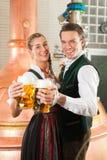 Человек и женщина с стеклом пива в винзаводе Стоковая Фотография