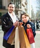 Человек и женщина с хозяйственными сумками на улице Стоковая Фотография RF