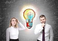 Человек и женщина с электрической лампочкой Стоковое Фото