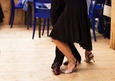 Человек и женщина танцуют танго Стоковое Фото