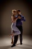 Человек и женщина танцуя аргентинское танго Стоковая Фотография RF