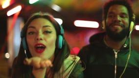 Человек и женщина танцуя к ритму музыки с наушниками сток-видео