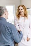 Человек и женщина тряся руки в офисе Стоковая Фотография RF