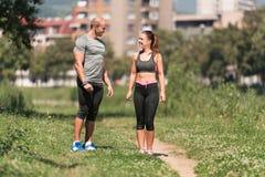Человек и женщина усмехаясь на одине другого Стоковая Фотография