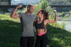 Человек и женщина усмехаясь на одине другого Стоковые Фото