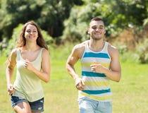 Человек и женщина jogging в парке Стоковое Изображение