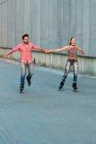 Человек и женщина rollerblading Стоковые Фото