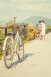 Человек и женщины ехать перемещение велосипеда стоковые фотографии rf
