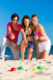 Человек и женщины играя boule на пляже Стоковые Изображения