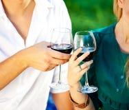 Соедините держать стекло красного вина в саде стоковые фотографии rf