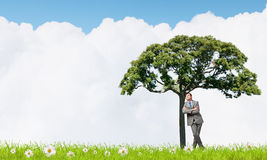 Человек и зеленое дерево стоковое фото