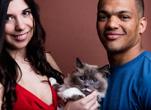 Человек и кот женщины и здесь семья Стоковые Фото