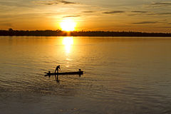 Человек и маленькая лодка рыбной ловли Стоковая Фотография