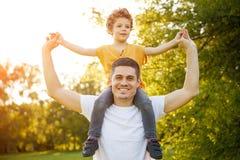 Человек и мальчик представляя держащ руки Стоковое Фото