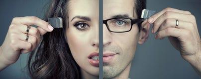 Человек и женщина вводя карточки SD Стоковое фото RF