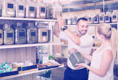 Человек и молодая женщина в органическом магазине Стоковое фото RF