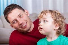Человек и молодой мальчик стоковое фото