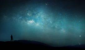 Человек и ночное небо с полными звездами Стоковые Фотографии RF