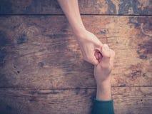 Человек и приниманнсяая за женщиной война большого пальца руки Стоковое фото RF