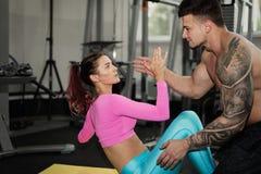 Человек и приниманнсяый за женщиной фитнес Стоковые Изображения RF