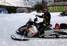 Человек и снегоход на станции спасения Стоковое Изображение