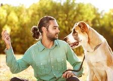 Человек и собака в парке Стоковое фото RF