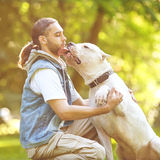 Человек и собака в парке Стоковые Фото