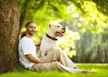 Человек и собака в парке Стоковая Фотография