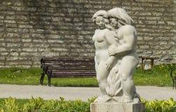 Человек и статуя объятий женщин в Таллине, Эстонии Стоковые Фото