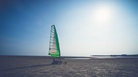 Человек и энергия ветра на Bagan Lalang приставают к берегу в Малайзии Стоковые Изображения RF
