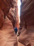 Человек идя вниз с узкого каньона стоковое фото rf